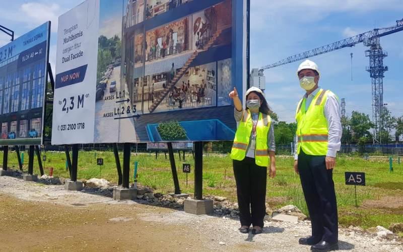 Direktur Pemasaran Intiland Harto Laksono (kanan) dan Koordinator Pemasaran Tierra Koemalawati Angkadjaja (kiri) meninjau lokasi proyek Tierra SOHO di kawasan Segi Delapan Surabaya Barat, Senin (22/3/2021).  - Bisnis/Peni Widarti