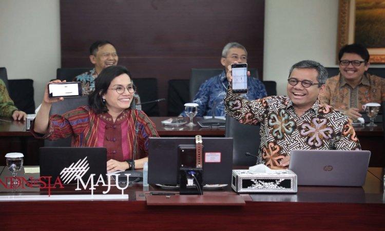 Menteri Keuangan Sri Mulyani dan Wakil Menteri Keuangan Suahasil Nazara menunjukkan bukti e-Filling SPT yang telah diisi kepada wartawan di Gedung Mar'ie Muhammad, Kemenkeu, Jakarta, Selasa (10/3 - 2020).