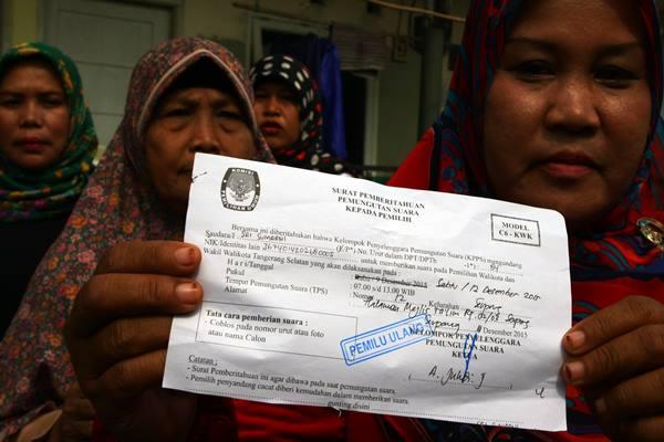 Ilustrasi - Warga menunjukan surat undangan Model C-6 KWK untuk menggunakan hak pilihnya pada Pemungutan Suara Ulang (PSU). - Antara