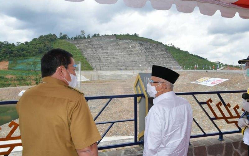 Wakil Presiden Ma'ruf Amin(kemeja putih) memantau perkembangan pembangunan bendungan Way Sekampung yang terletak di daerah Banjarejo, Banyumas, Kabupaten Pringsewu, Lampung, kemarin Senin (22/3/2021) - Twitter/@Kiyai_MarufAmin