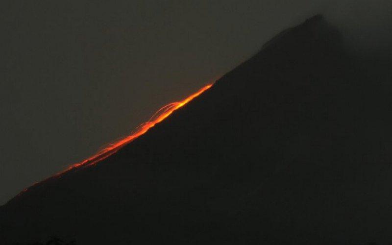 Arsip Foto. Guguran lava pijar meluncur ke lereng Gunung Merapi di wilayah Balerante, Kemalang, Klaten, Jawa Tengah, Rabu (24/2/2021) malam./Antara Foto-Aloysius Jarot Nugroho - wsj