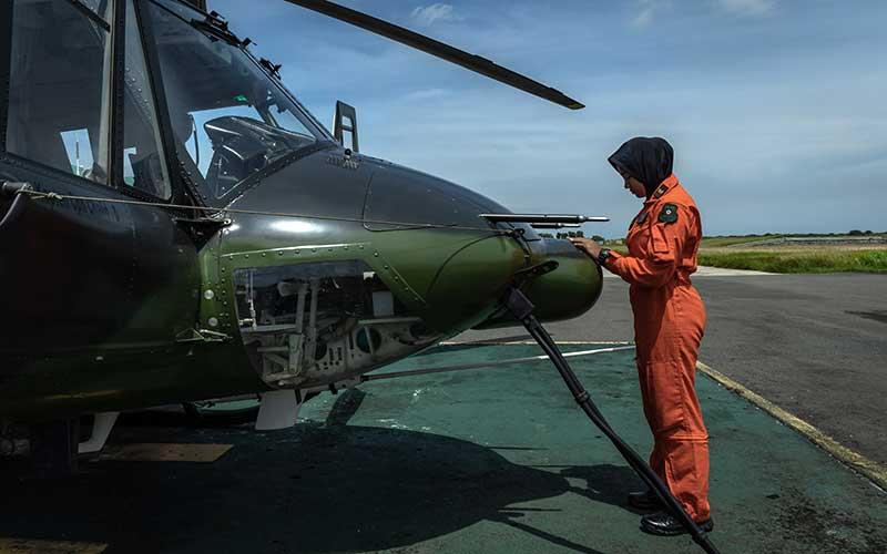 Letda Cpn (K) Ayu berdoa di depan helikopter Bell-412 yang akan ia terbangkan dalam latihan terbang bersama Skadron 11/Serbu Puspenerbad di daerah latihan terbang Lanumad Ahmad Yani, Semarang, Jawa Tengah. Antara Foto - Aji Styawan