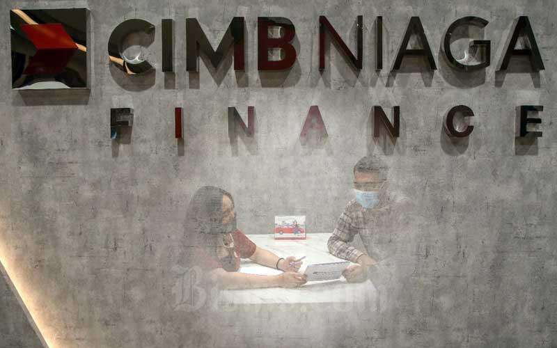 Karyawan melayani nasabah di kantor PT CIMB Niaga Auto Finance di Tangerang Selatan, Banten, Rabu (3/2/2021). Bisnis - Eusebio Chrysnamurti
