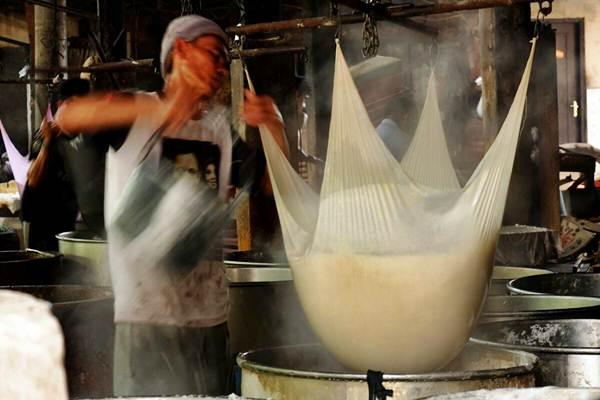Pekerja melakukan proses pembuatan tahu di Jakarta, Senin (8/1). - JIBI/Nurul Hidayat