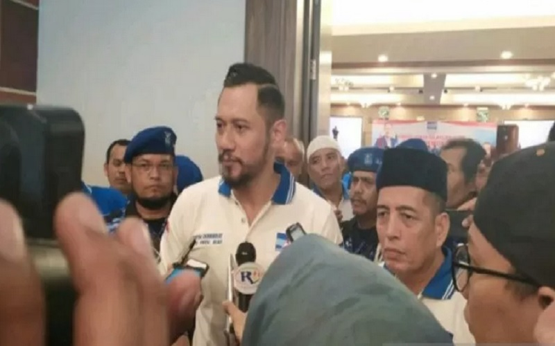 Ketua DPD Partai Demokrat, Asri Auzar (berpeci), saat bersama AHY di Pekanbaru beberapa waktu lalu. - Antara