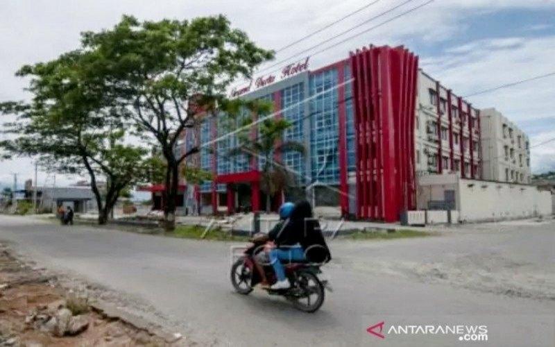 Pengendara sepeda motor melintas di depan salah satu hotel yang terdampak tsunami di Palu, Sulawesi Tengah, Senin (28/1/2019). - ANTARA FOTO/Basri Marzuki