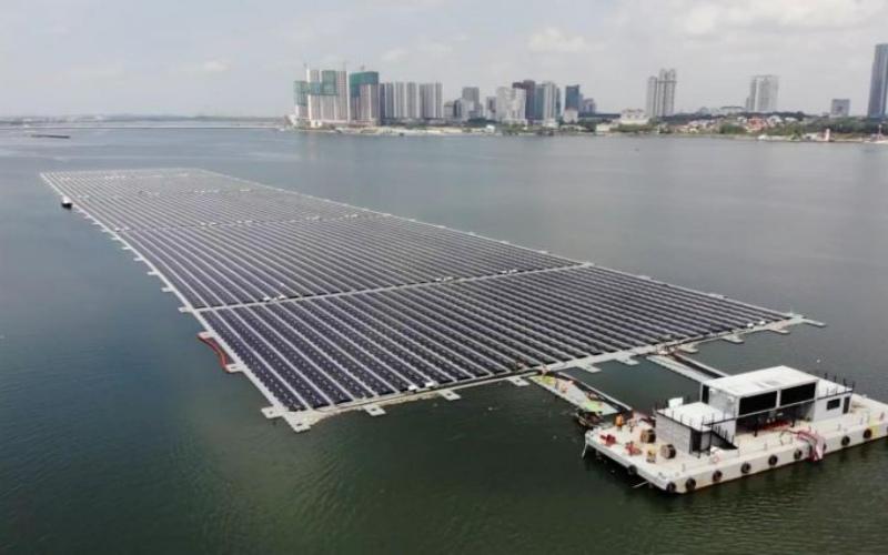 PLTS apung milik Sunseap Group di Selat Johor berkapsitas 5 MW. - Isitimewa/Sunseap Group