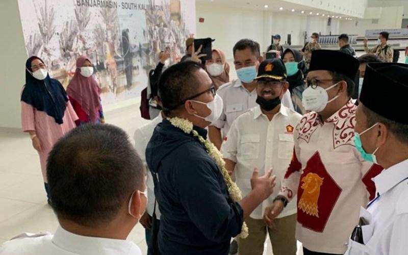 Wasekjen Partai Gerindra HM Nur (pakai batik putih) saat menyambut kedatangan Cagub Denny Indrayana di bandara Syamsudin Noor - Antara/dokumen