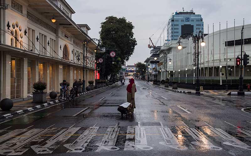 Ilustrsi - Suasana penutupan Jalan Asia Afrika saat Pembatasan Sosial Berskala Besar (PSBB)  di Bandung, Jawa Barat, Jumat (17/4/2020). - Antara/M Agung Rajasa