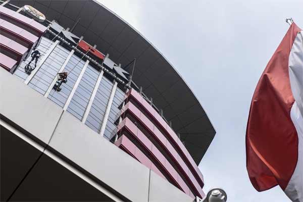 Ilustrasi - Pekerja membersihkan kaca Gedung Merah Putih KPK, Jakarta. - Antara/Hafidz Mubarak A