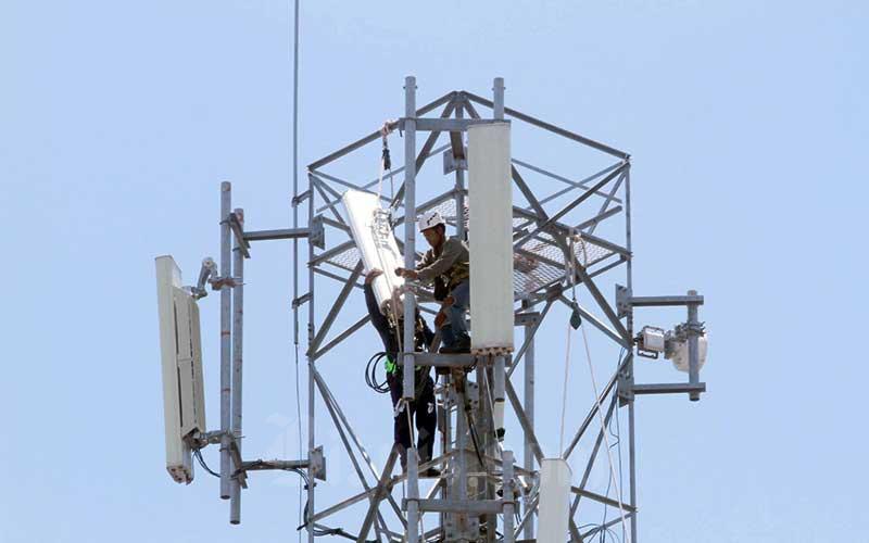 Teknisi memasang prangkat base transceiver station (BTS) disalah satu tower di Makassar, Sulawesi Selatan, Rabu (18/3 - 2020).