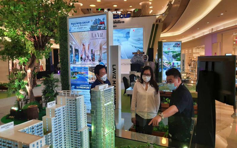 Dari kanan-ke kiri, Direktur Marketing Pakuwon, Sutandi Purnomosidi, GM Finance Pakuwon Fenny Loisa, dan GM Marketing Pakuwon, Hario Utomo dalam area Pakuwon Group Property Exhibition, Surabaya, Rabu (24/3/2021). Peni WIdarti - Bisnis