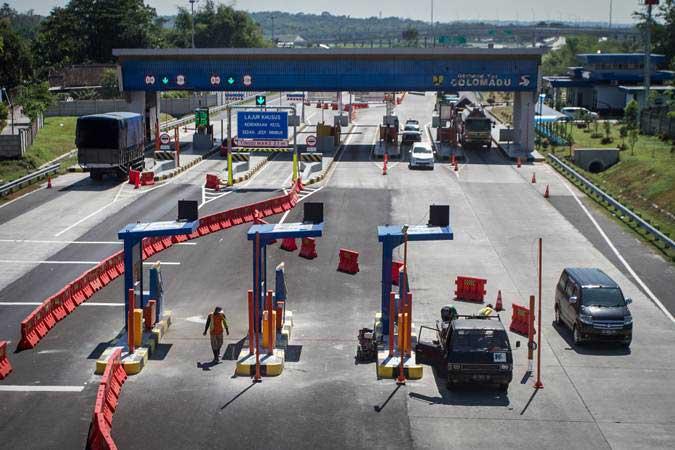 Pekerja menyelesaikan pembangunan Gardu Transaksi Otomatis (GTO) di depan pintu jalan tol Colomadu, Karanganyar, Jawa Tengah, Rabu (22/5/2019). - Antara/Mohammad Ayudha