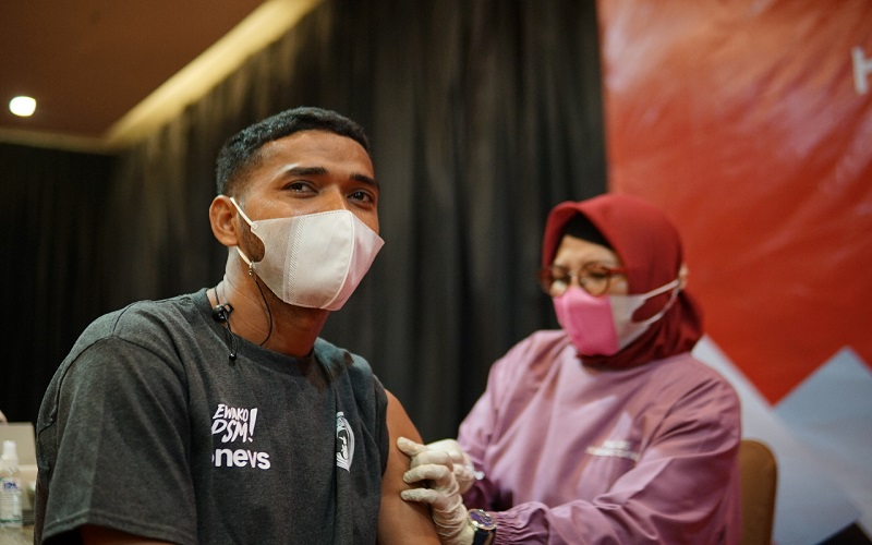 Pemain belakang PSM Makassar, Hasyim Kipuw saat mengikuti vaksinasi yang dilaksanakan penyelenggaraan Piala Menpora 2020, di Hotel Ascent Premiere, Kota Malang, Rabu (24/3 - 2021)
