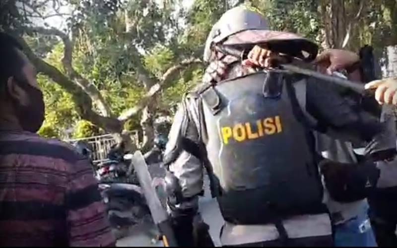 Tangkapan layar anggota intel Brimob dipukul oleh anggota Sabhara ketika mengamankan seorang mahasiswa saat demo menolak RUU Cipta Kerja di Jambi. - Istimewa