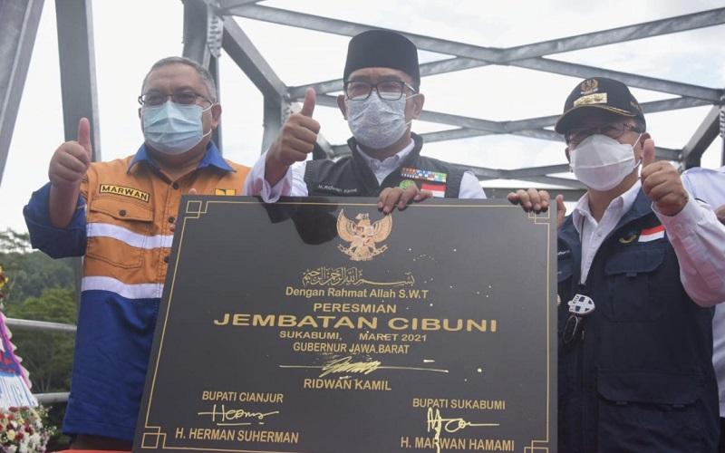 Gubernur Jawa Barat Ridwan Kamil (tengah) meresmikan Jembatan Cibuni
