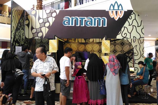 Galeri butik emas Antam di Atrium Ewalk Mall, Balikpapan Superblock, dalam acara customer gathering yang diselenggarakan oleh PT Antam (Persero) Tbk, mulai Minggu (15/5) hingga Rabu (18/5). - Nadya Kurnia