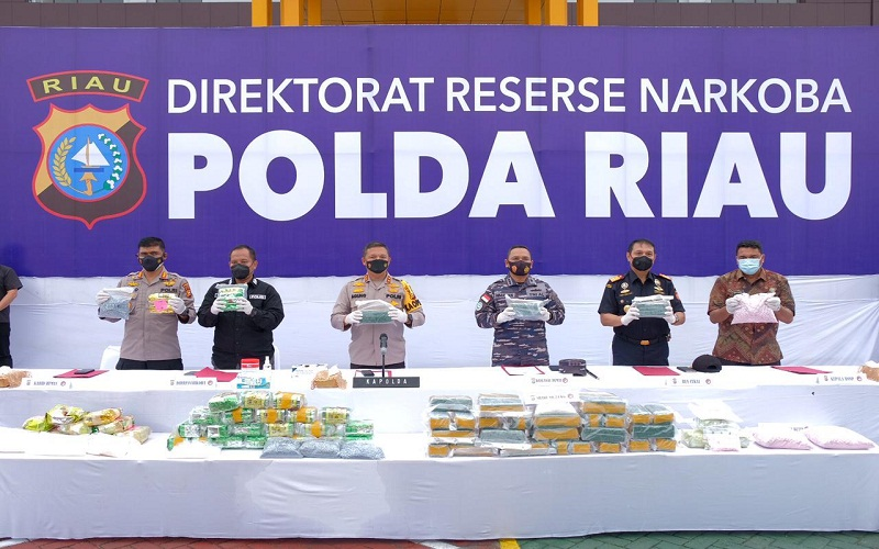 Tim gabungan dari Kepolisian Daerah (Polda) Riau dan Direktorat Jenderal (Ditjen) Bea dan Cukai Riau berhasil menggagalkan penyelundupan 44 kg narkotika jenis sabu-sabu, serta lebih dari 50 ribu butir pil ekstasi. Barang bukti tersebut diamankan dari penangkapan di Dumai dan Bengkalis beberapa waktu terakhir.  -  Istimewa