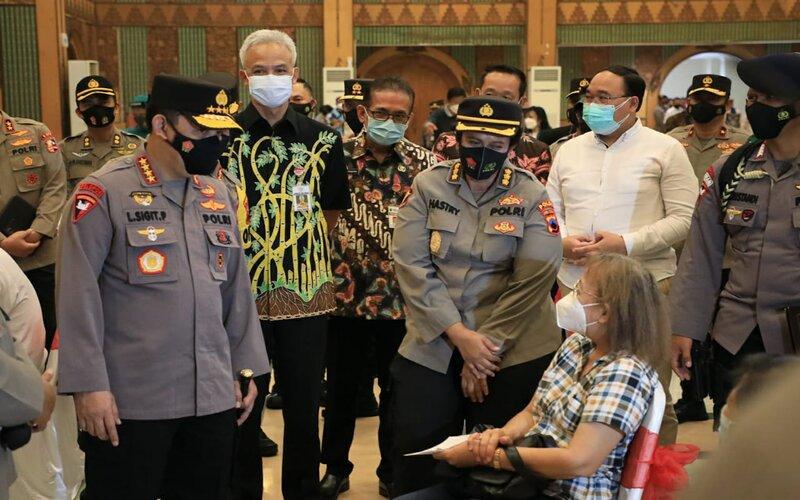 Kapolri Jenderal Listyo Sigit Prabowo (kiri) didampingi Gubernur Jateng Ganjar Pranowo saat meninjau vaksinasi di aula Masjid Agung Jawa Tengah, Rabu (24/3/2021). - Dok Pemprov Jateng