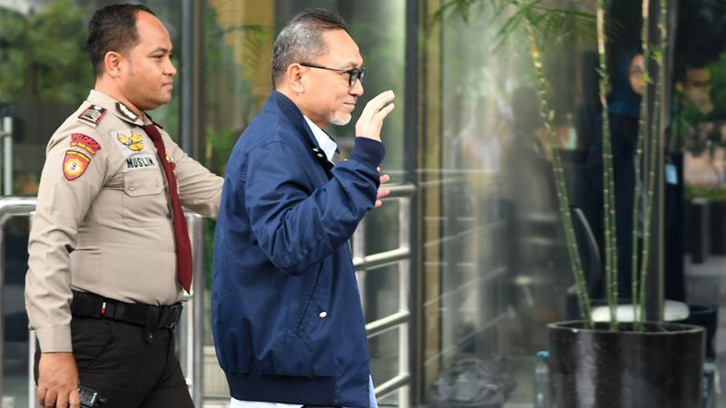 Ketua Umum PAN Zulkifli Hasan (kanan) melambaikan tangan saat tiba untuk menjalani pemeriksaan di Gedung KPK, Jakarta, Jumat (14/2/2020). - ANTARA / M Risyal Hidayat
