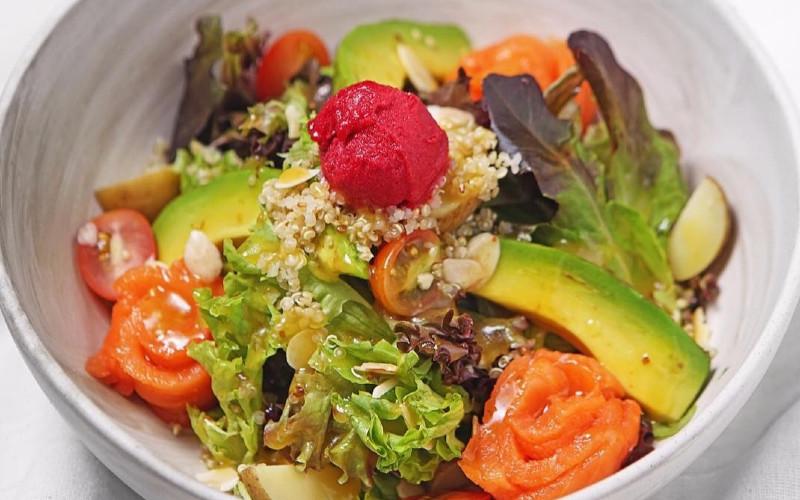 Smoky Salmon Salad dari Bakerzin.  - Boga Grroup