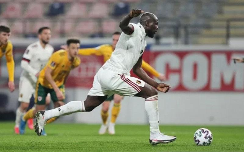 Striker Belgia Romelu Lukaku menjebol gawang Wales dari titik penalti./Antara - Reuters