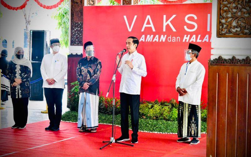Presiden Joko Widodo menyampaikan keterangan pers usai meninjau pelaksanaan vaksinasi massal Covid-19 di Pendopo Delta Wibawa, Kabupaten Sidoarjo, Jatim, Senin (22/3/2021)/BPMI Setpres - Laily Rachev