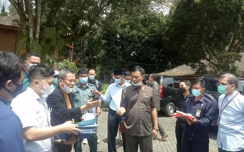 Persidangan kasus sengketa lahan yang dihadiri masing/masing kuasa hukum dilakukan di lokasi lahan yang diperebutkan yaitu di Sari Ater