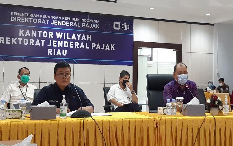 Pelaksana Harian Kakanwil DJP Riau Dudung Rudi Hendratna (keempat dari kiri) menyatakan DJP Kanwil Riau sudah menerima setoran pajak senilai Rp2,21 triliun sampai periode 23 Maret 2021 lalu. - Istimewa
