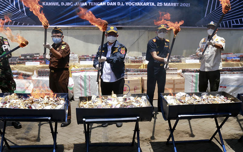 Askolani (tengah), Direktur Jenderal Bea dan Cukai, memimpin langsung pemusnahan barang bukti berupa rokok ilegal di KPPBC TMP A, Semarang, Kamis (25/3/2021). - Bisnis/ Muhammad Faisal Nur Ikhsan