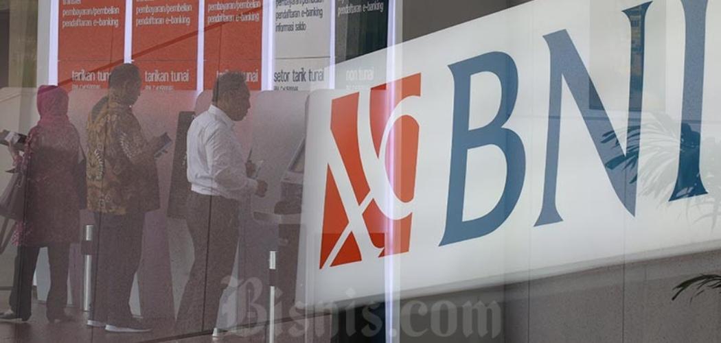 Nasabah bertransaksi di mesin Anjungan Tunai Mandiri (ATM) milik Bank Negara Indonesia (BNI) di Jakarta, Kamis (11/6/2020). - Bisnis/Nurul Hidayat\\r\\n