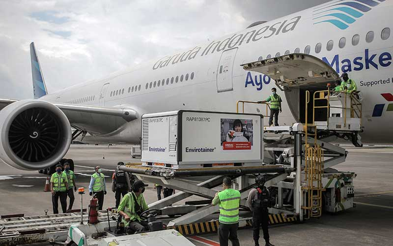 Petugas menurunkan kontainer berisi vaksin Covid-19 saat tiba di Bandara Soekarno-Hatta, Tangerang, Banten, Selasa (12/1/2021). ANTARA FOTO - Dhemas Reviyanto