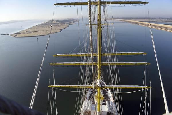 KRI Bima Suci melintasi Terusan Suez dalam perjalanan dari Port Said, Mesir menuju Jeddah, Arab Saudi, di Mesir, Rabu (11/10). - ANTARA/Zabur Karuru
