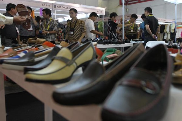 Pengunjung memilih sepatu di pameran produk kulit - JIBI