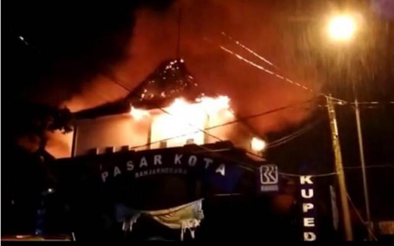 Kebakaran Pasar Kota Banjarnegara terjadi pada Kamis (11/3/2021) malam./ Antara - HO / BPBD Banjarnegara