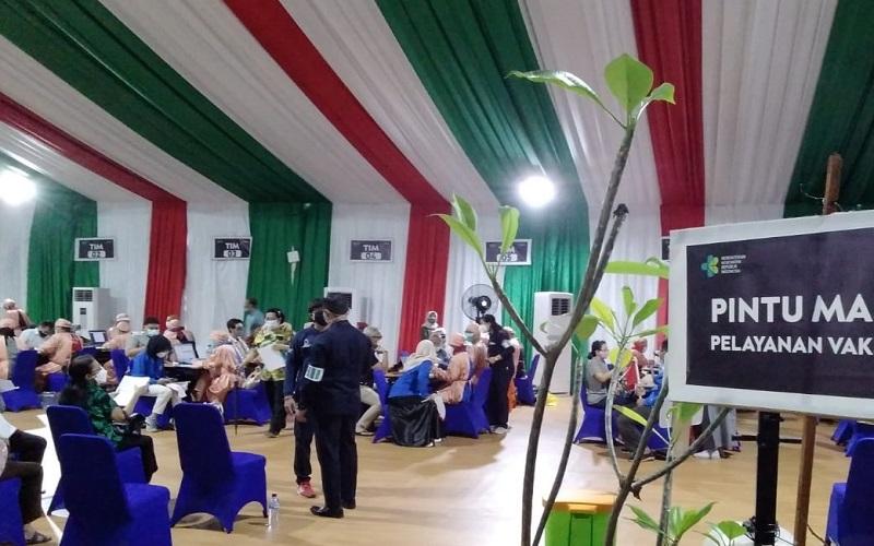 Vaksinasi Covid-19 untuk lansia di Balai Besar Pelatihan Kesehatan, Kampus Hang Jebat, Jakarta Selatan. Vaksinasi terbuka untuk lansia ber-KTP non-DKI Jakarta. JIBI - Bisnis/Nancy Junita