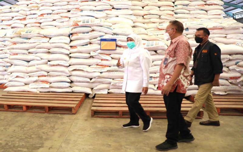 Gubernur Jawa Timur Khofifah I. saat meninjau gudang Bulog di Buduran, Sidoarjo, Jawa Timur, Kamis (25/3/2021). - dok, Pemprov Jatim