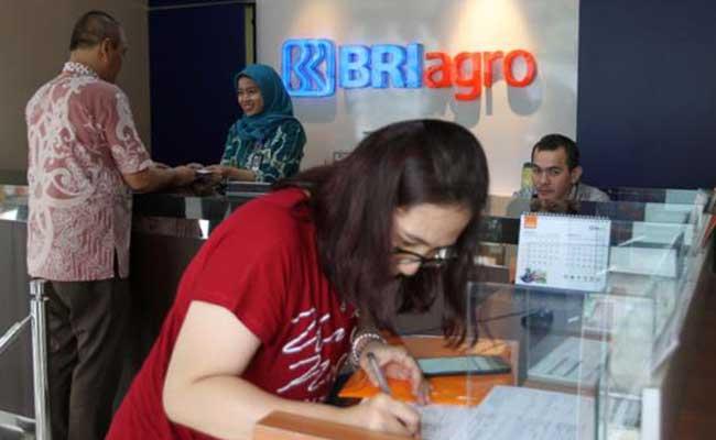 Karyawan melayani nasabah di cabang utama salahBank BRI Agro , di Jakarta, Senin (27/1 - 2020)