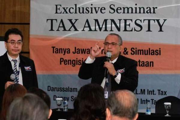 Managing Partner Danny Darussalam Tax Center (DDTC) Darussalam (kanan) dan Senior Partner Danny Septriadi (kiri) berbicara saat sosialisasi tax amnesty atau pengampunan pajak, di Surabaya, Sabtu (27/8/2016).   - Bisnis.com