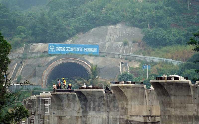 Aktivitas proyek Kereta Cepat Jakarta-Bandung (KCJB) di salah satu tunnel atau terowongan di kawasan Tol Purbaleunyi KM 125, Cibeber, Cimahi Selatan, Jawa Barat, Kamis (2/4/2020). Bisnis - Rachman