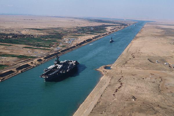 Kapal induk tengah melintas Terusan Suez, Mesir  - en.wikipedia.org