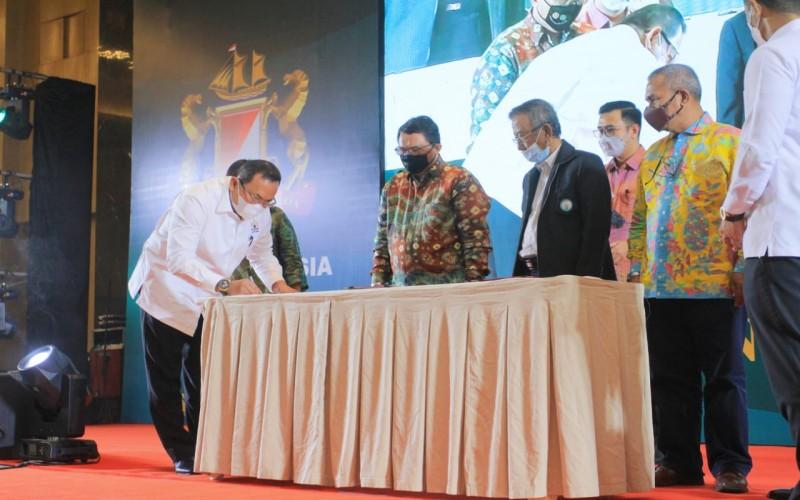 Bupati Kabupaten Musi Banyuasin Dodi Reza Alex (kiri) menandatangani MoU bersama Gapki dan Gapkindo Sumsel untuk pengembangan komoditas sawit dan karet di kabupaten tersebut.  - Istimewa