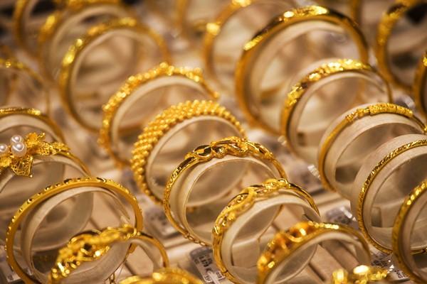 Perhiasan emas. - Bloomberg/Billy H.C. Kwok
