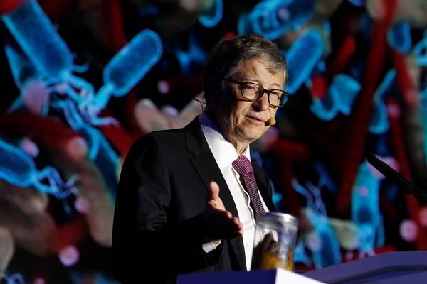 Pendiri Microsoft, Bill Gates, menunjuk sebuah toples berisi kotoran manusia saat berpidatonya di Reinvented Toilet Expo yang menampilkan teknologi sanitasi di Beijing. - Reuters
