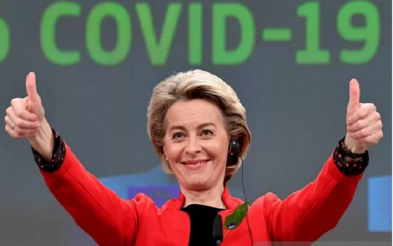 Presiden Komisi Eropa Ursula von der Leyen mengangkat tangan saat konferensi pers setelah pertemuan dengan anggota komisi untuk mengenalkan RUU mengenai sertifikat vaksinasi Covid-19 umum Uni Eropa (UE) di kantor pusat UE di Brussel, Belgia, Rabu (17/3/2021). - Antara/Reuters