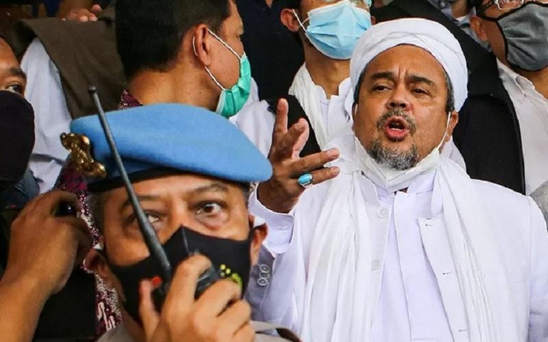 Imam Besar Front Pembela Islam (FPI) Habib Rizieq Shihab bersiap menjalani pemeriksaan di Mapolda Metro Jaya, Jakarta, Sabtu (12/12/2020). - Antara\r\n