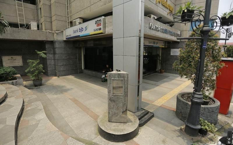 Di gedung ini, yang kini menjadi Kantor Bank Jabar, pada Oktober 1945, pejuang Bandung Moeljono dan E. Karmas merobek bendera Belanda. Dahulu di lokasi ini berdiri bangunan bernama Gedung Denis. - humas.bandung.go.id