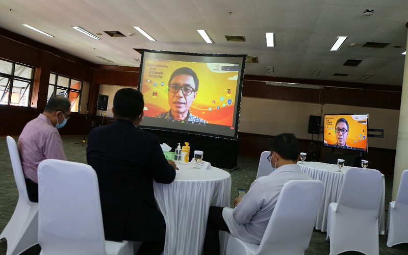 Direktur Utama PT Pos Indonesia (Persero) Faizal Rochmad Djoemadi memberikan paparan saat acara AKHLAK Activation