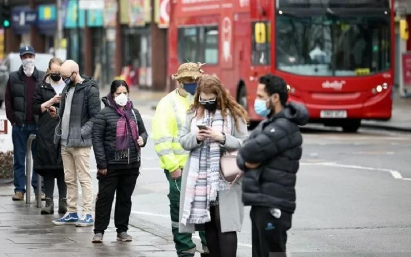 Orang-orang mengantre untuk tes Covid-19 di jalan raya Ealing tempat varian Virus Corona SARS-CoV-2 baru yang berasal dari Afrika Selatan ditemukan, di London Barat, Inggris (2/2/2021). - Antara/Reuters\r\n