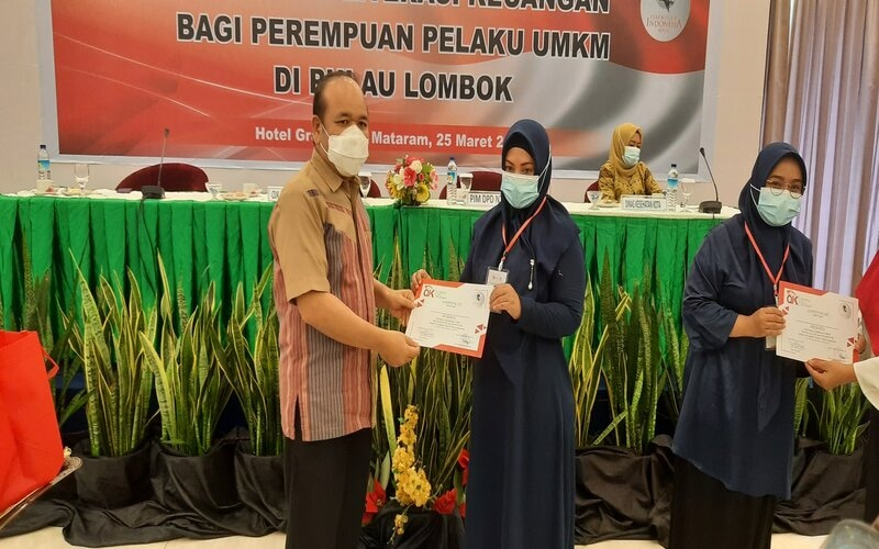 Kepala OJK NTB Farid Faletehan Memberikan Sertifikat Pelatihan UMKM kepada Salah Satu Peserta. - Bisnis/Harian Noris Saputra